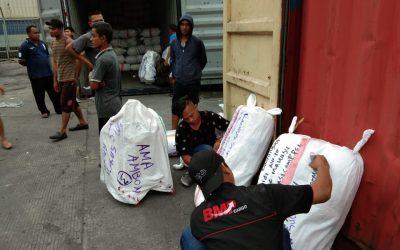 Proses packing pengiriman barang.